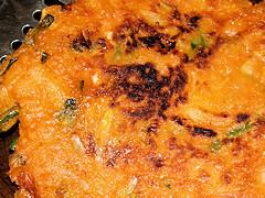 サクッと焼き上げたキムチチヂミはおかずや酒の肴に最適です