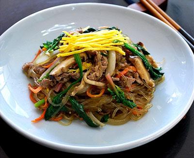 たっぷりの緑黄野菜と春雨の炒めもの、チャプチェはヘルシーさで大人気