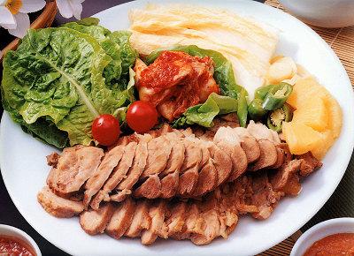 蒸し豚を白菜とキムチで包んで食べるポッサムという料理にサムジャンは欠かせません