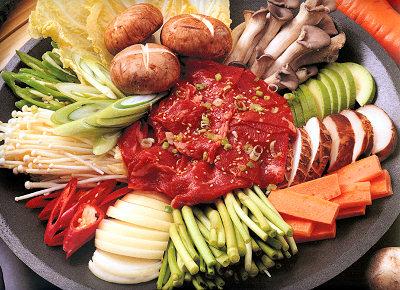 本場韓国の焼肉と言えばプルコギ。韓国版すき焼きといったところでしょうか。